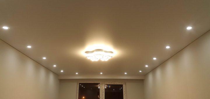 освещение комнаты точечные светильники и люстра